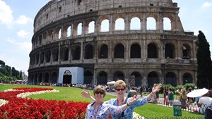 italy-rome-colosseum-two-ladies-posing.jpg
