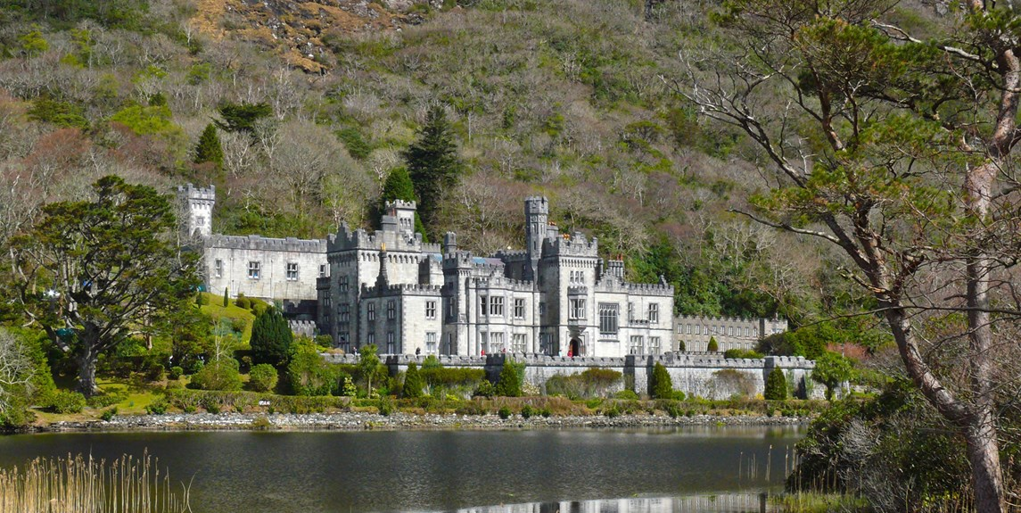 ireland-kylemore-abbey-with-boat.jpg