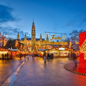 austria-vienna-christmas-market-bright-lights-red-up-front.jpg