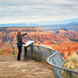 usa-grand-canyon-national-park-observation-deck-pointing-visitor.jpg